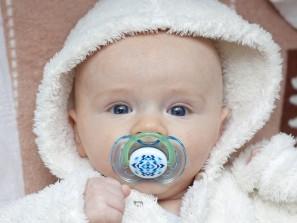 Dudlík může narušit techniku kojení